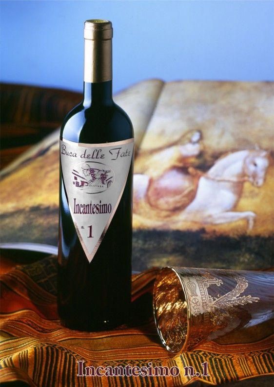 """Vino rosso Incantesimo: cantina """"Il Prato"""". Etichetta personalizzabile. Uvaggio: Sangiovese 80%,Merlot20% Altitudine: 250 m s.l.m. Gradazione alcolica: 13,5%vol. Abbinamenti consigliati: arrosti, carni rosse http://www.ibiscusgadget.it/prodotto/incantesimo/"""