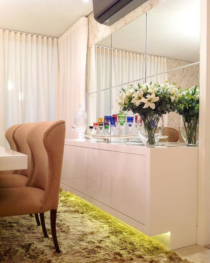 """""""Boa noite lindezass!! Sala de jantar white com buffet em laca brilhante mas o charme mesmo é a iluminação indireta no rodapé  #boanoite #instaarch…"""""""