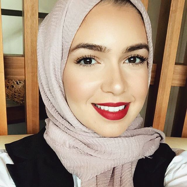 Red lips brought to you by @tuesdayinlove - use my discount code: NOURKA92 These awesome luxury design hijabs from La Modesty are available on @souqina_app - link to app in my bio