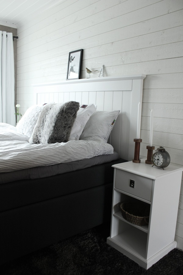 Renovated bedrom in white and grey. Tempur bed. White laying panel on the wall.