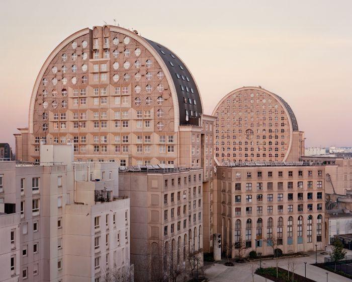 Estas fotos de los suburbios parisinos tienen algo de fantasmales   The Creators Project