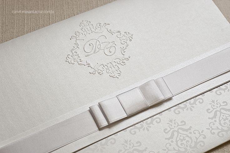 Detalhe do brasão exclusivo, do laço Chanel duplo e do padrão damasco utilizado no convite.