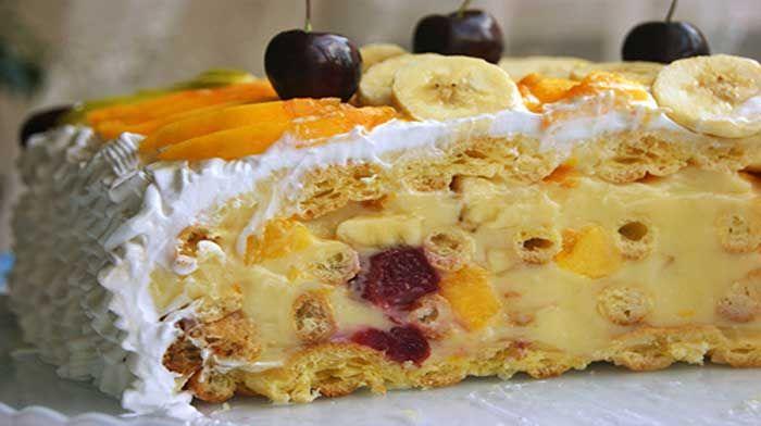 Летний торт «Лакомка». Этот невероятно легкий и воздушный торт — для тех, кто не любит приторно-сладкие торты с большим количеством сахара и шоколада. В нём идеально сочетаются тонкое заварное тесто и фрукты, которые можно подбирать по вкусу.