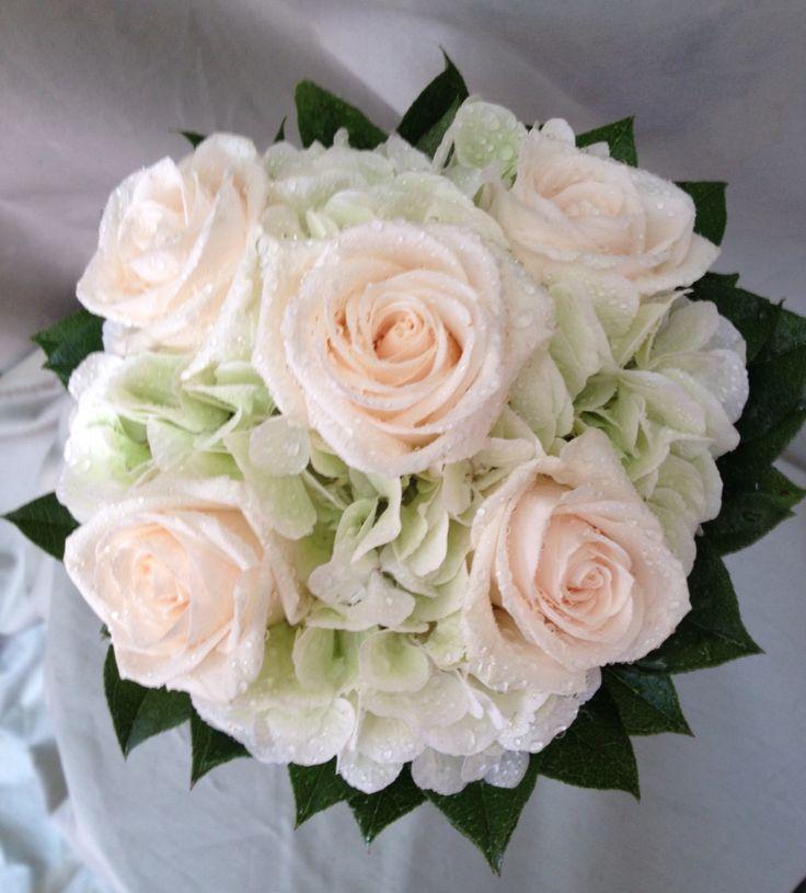 Bouquet dai toni delicati con ortensia verde e rose crema...