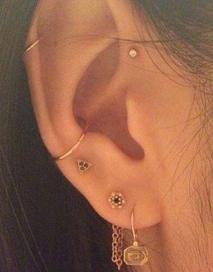 Tendance : les piercings aux oreilles se portent en constellation #Piercings