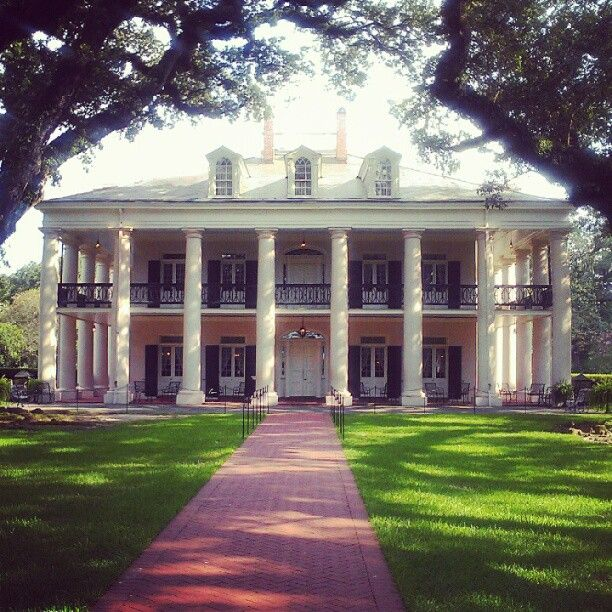 Oak Alley Plantation is the Grande Dame of Louisiana River Road plantations! Its 1/4 mile alley of 300-year-old oaks leads to a 170+ year old 'Big House'.