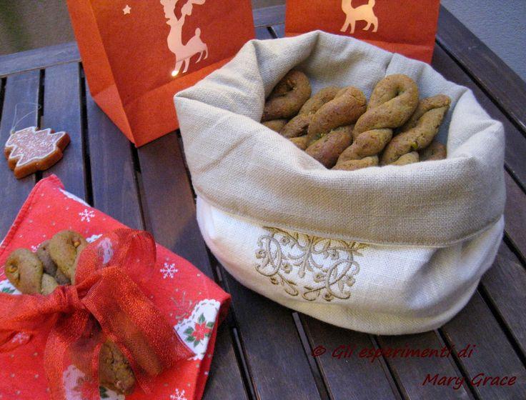 Torcetti di grano saraceno ai pistacchi. Se li vuoi sfornare, la ricetta è qui :) http://cookinggrace-graceinthekitchen.blogspot.it/2014/12/torcetti-di-grano-saraceno-ai-pistacchi.html