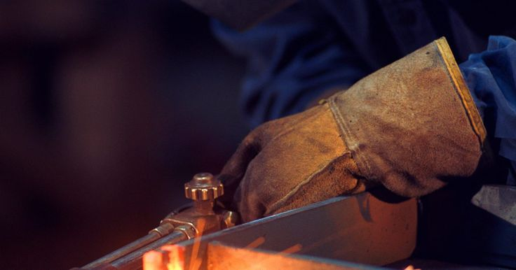 Cómo unir dos tubos de cobre sin soldadura. La soldadura, la soldadura fuerte y la soldadura de estaño son los tres métodos que logran una conexión entre tubos de cobre. La intensa cantidad de calor necesaria para soldar los tubos de cobre hace que sea difícil de realizar fuera de un entorno controlado. La soldadura fuerte requiere mucho calor, y se utiliza en líneas de cobre presurizadas ...