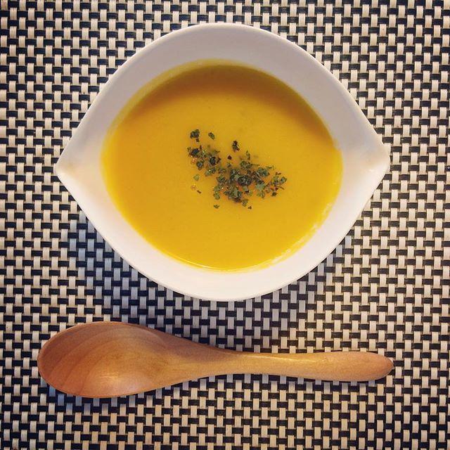 autumn × summer 🍁🌼🍴👙🎃 秋が大好き。♡ かぼちゃのポタージュや  ホクホクのサツマイモで  心も体も温まる(❁´ω`❁) でも今日は😳!! 30度超えるらしい〜  ひえ〜  台風の影響かな😭😭 気温差が激しかったり、  体調を崩しやすい時期だからこそ、  身体の中から温めて  いたわってあげよ💓💓💓 #autumn #summer #pumpkinsoup  #cook #cooking #soup #healthy #diet #organic #happy #smile #homemade #秋 #夏 #パンプキンスープ #手作り #添加物不使用 #美味しい #❤️ #yokoyummy