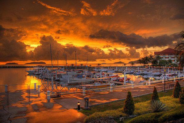 Sunset in Kota Kinabalu, #Sabah #Borneo #Malaysia (foto: Jo Schmaltz)  http://www.zuidoostaziemagazine.com/de-belangrijkste-bezienswaardigheden-van-maleisie