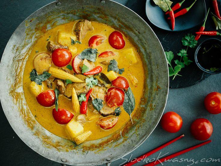 Dzisiaj przepis dla miłośników tajskiej ostrej kuchni. W Tajlandii przygotowanie takiego czerwonego curry zaczyna się od kupna połowy pieczonej kaczki u chińczyka. Ponieważ u nas chińczyków piekących kaczkę i sprzedających na wynos jest jak na lekarstwo, a nam nie chciało…