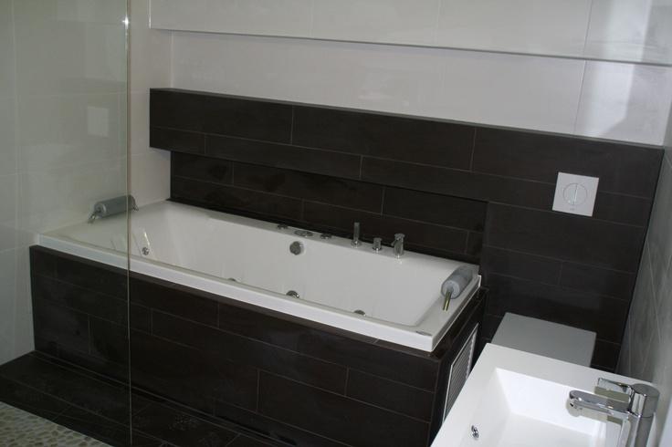 Ingetegeld ligbad waardoor er niet alleen een nis en een afzetgedeelte ontstaat maar ook ruimte - Moderne badkamer met ligbad ...