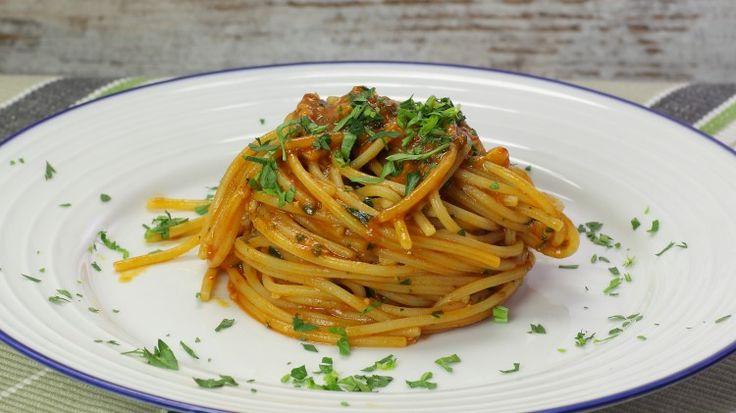Ricetta Spaghetti alle acciughe: Gli spaghetti alle acciughe sono un primo piatto velocissimo ma davvero ricchissimo di sapore. Un piatto dell'ultimo minuto perfetto per ospiti improvvisi!