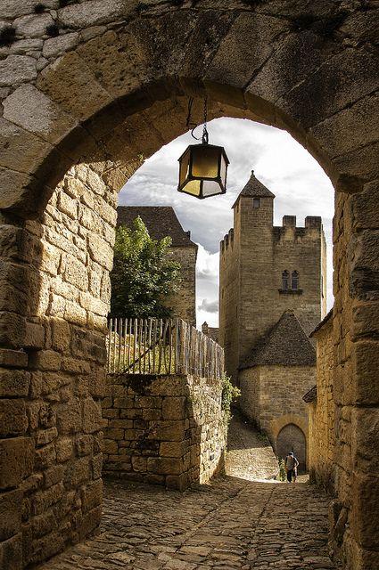 Y en la serie de pueblos de cuento en Francia, Beynac-et-Cazenac (en Dordogne)