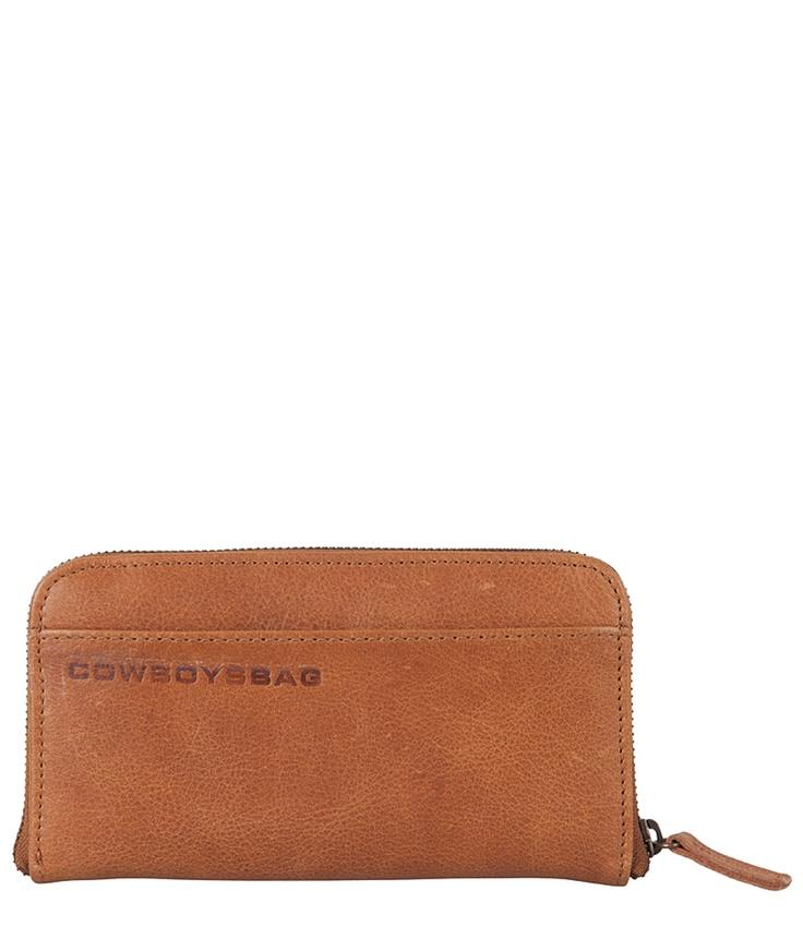 The Purse van Cowboysbag is de perfecte accessoire bij de bekende The Bag. De stevige portemonnee is lekker ruim een heeft een voor en achtervak. Aan de binnenkant zijn 8 grote vakken, waarvan 1 met rits voor kleingeld. Er zijn 8 vakjes voor pasjes. De kleuren en het materiaal van de portemonnees komen overeen met de kleuren van de The Bag en The Bag Small.