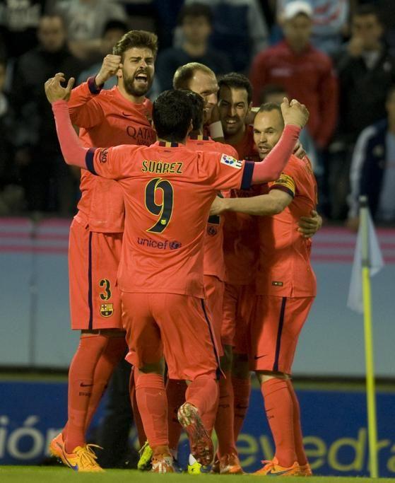 Los compañeros, abrazados a Mathieu tras marcar el gol.