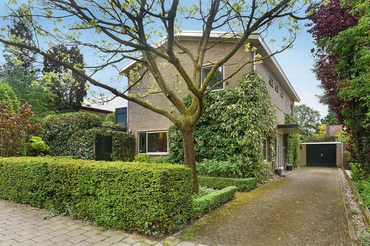 Joris van der Haagenlaan 33 Arnhem. Royaal vrijstaand uniek woonhuis met vrijstaande stenen garage en fraai aangelegde zonnige tuin. Perceelgrootte 705 m².