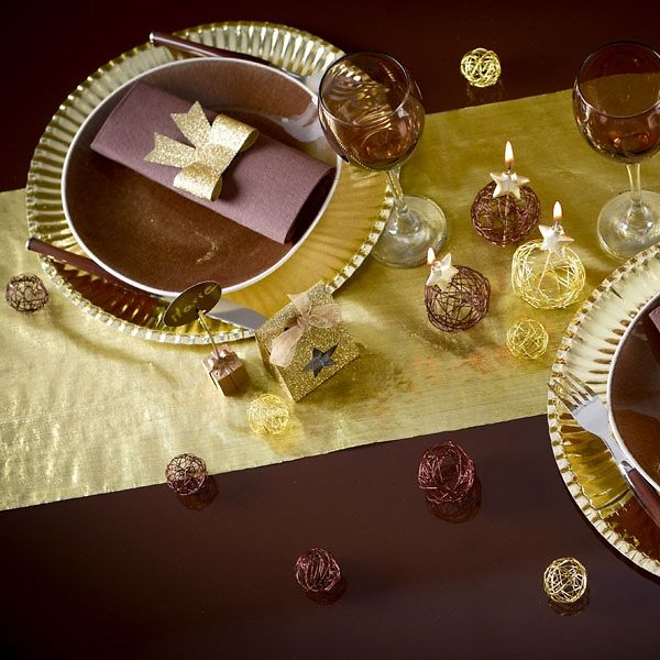 Eleganter golderner Tischläufer als Hochzeitsdekoration.