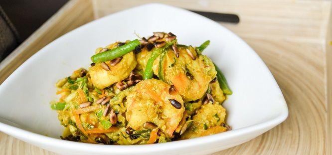 Heb je een spiraalsnijder en maak je graag courgettepasta (ook wel courgetti of courgetti genoemd)? Zo niet, kan je dit gerecht ook zonder de pasta maken. Voor wie liever een andere smaak wil, probeer eens noedels te draaien van knolselder of zoete aardappels! Dit recept lijkt wat uitvoerig maar het is heel snel gemaakt. Wat [...]