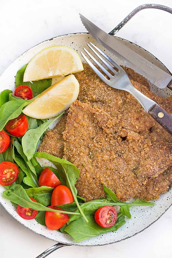 Make a healthier version of crispy and delicious Milanesas de Carne at home, baked in the oven and served with a squeeze of lemon. We share the recipe: http://foodal.com/recipes/beef/milanesas-de-carne/