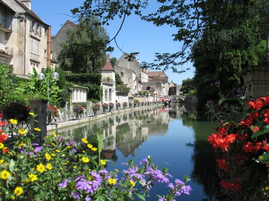 Le Doubs traversant la ville de Dole. Correction: il ne s'agit pas du Doubs sur cette photo mais du canal des tanneurs...