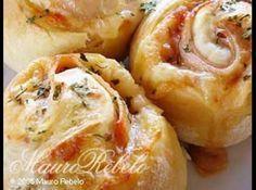 Receita de Pizza de rolo - Ingredientes da MASSA:, 1 1/2 xícara (chá) de leite morno ou água, 1 ovo, 1 colher (sopa) fermento biológico granulado (seco), 1 colher (sobremesa) de açúcar, 1 colher (chá) de sal, 1/2 xícara (chá) de óleo, 5 xícaras (chá) de farinha de trigo (+ ou -), Ingredientes do RECHEIO:, 300g de mussarela, 200g de peito de chester defumado, 50g de azeitonas picadas, 1 colher (sopa) orégano, molho de tomate