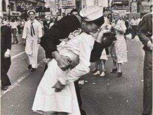 Fallece mujer del icónico beso con marinero en Times Square