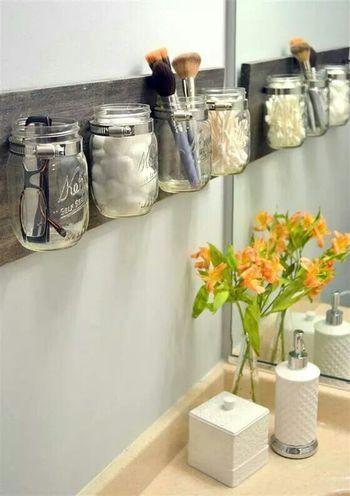 お掃除が必要な空間だからこそ、置いておきたいものは壁に取り付けて洗面台には物を置かないようにしてみてはいかがでしょう。瓶を壁に取り付けてメガネやコットンなど必要な物を収納すると、すっきりとした空間となりそうです。