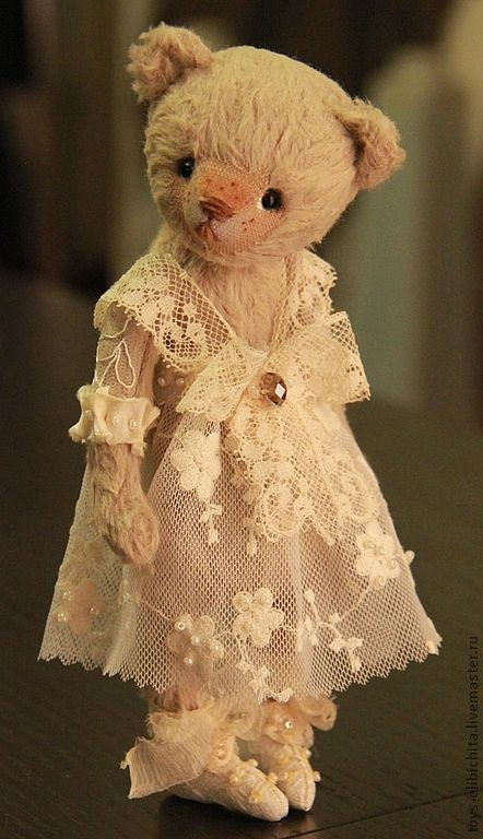 oh what a beautiful, little bear......all bedecked in an exquisite, lace dress. so vintagey-sweet!