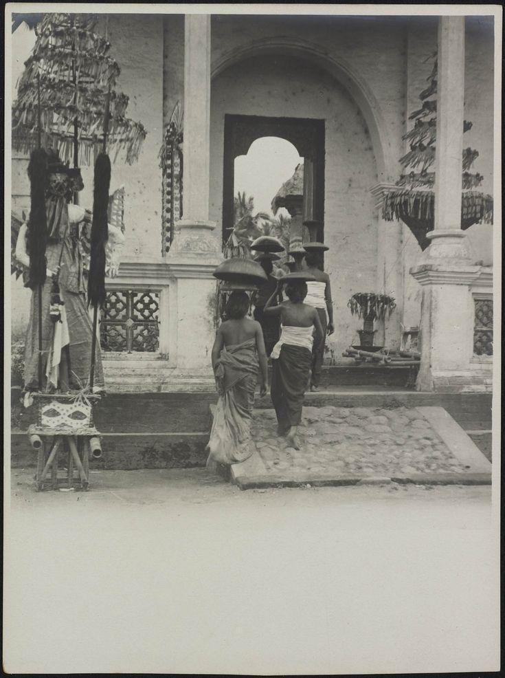 Vrouwen betreden een paleis