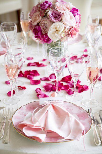 結婚式場写真「白×ピンクの大人可愛いテーブルコーディネート♪」 【みんなのウェディング】