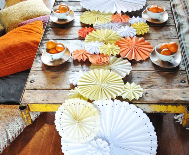 Pinwheel Table Runner / The Perfect Friendsgiving DIY Table Decor (via BuzzFeed)