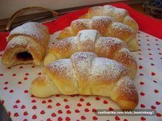 Jemné těsto ze zakysané smetany. Když vyzkoušíte, jiné už připravovat nebudete. Plněné marmeládou, nutellou, čokoládou, tvarohem nebo ořechy.