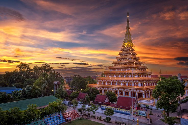 Phra-Mahathat-Kaen-Nakhon, Khon Kaen province, Thailand. - Twilight at temple in Thailand is named Phra-Mahathat-Kaen-Nakhon, Khon Kaen province, Thailand.