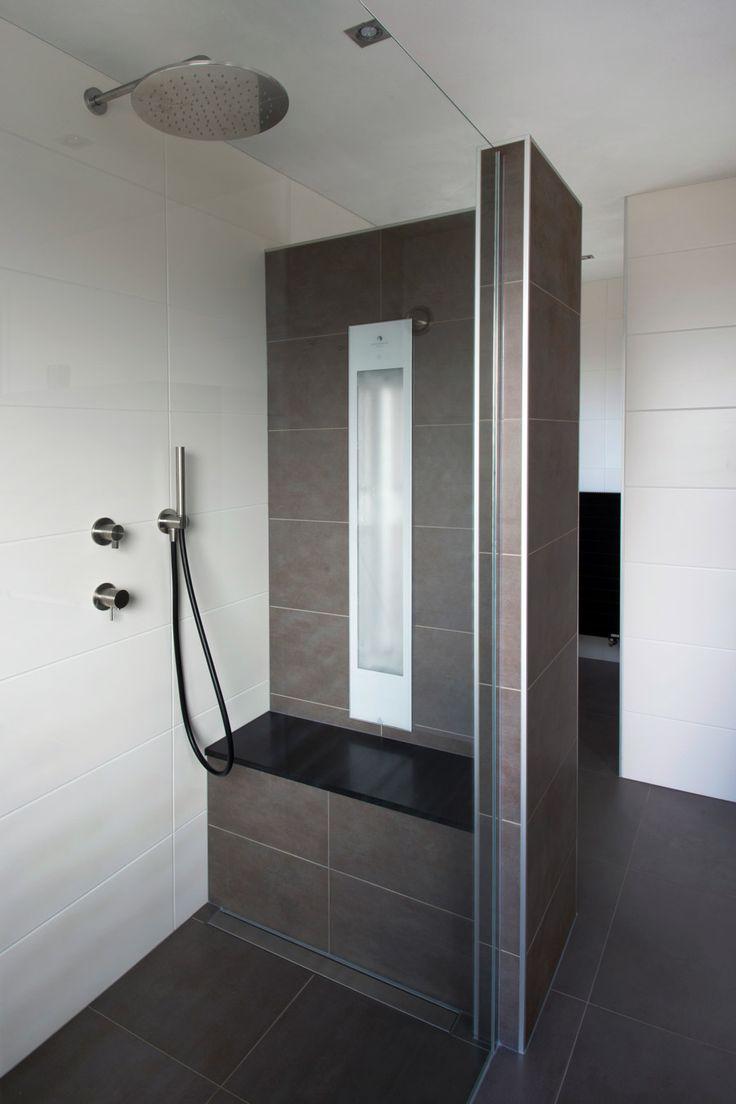 Genieten van een heerlijke infrarood douche, volledig geïntegreerd en afgewerkt in uw badkamer. En te bedienen op 1 bedieningspaneel.