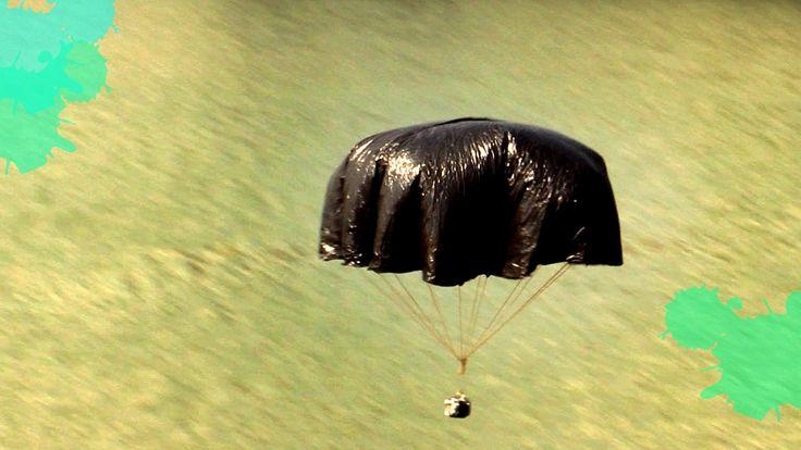 Voe com uma câmera instalada no paraquedas caseiro gigante, feito com sacos plásticos.