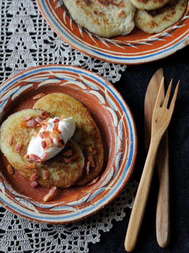 リトアニアのパンケーキはじゃがいもやそば粉、チーズなど種類が豊富。ポテトパンケーキにもいろいろな作り方があるが、じゃがいもをすりおろして作るもっちりしたパンケーキは最もスタンダードなレシピ。|『ELLE gourmet(エル・グルメ)』はおしゃれで簡単なレシピが満載!