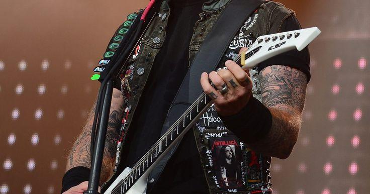 Cómo componer tu propia canción de Trash Metal. Las raíces del metal se encuentran en el trabajo pionero de la banda Black Sabbath. Sabbath desató un nuevo estilo de rock a principios de la década de 1970 con acordes de quinta y riffs de guitarra pesados y letras oscuras y extremas. La música de Sabbath fue influencia de numerosas bandas desde Iron Maiden y Judas Priest hasta bandas de metal ...