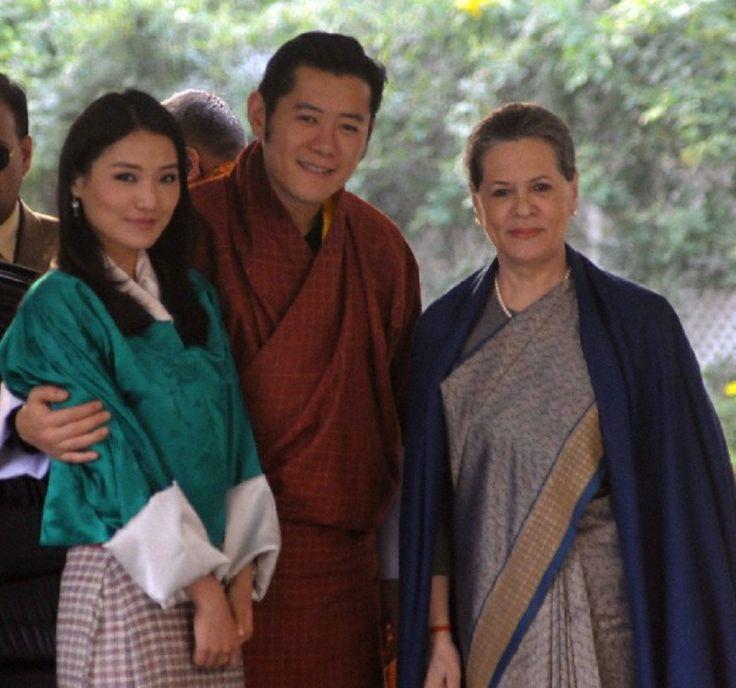 Bhutan's King Jigme Khesar Namgyel Wangchuck (C) and Queen Jetsun Pema Wangchuck (L) pose for photos with Indian Congress Party president Sonia Gandhi (R) in New Delhi, India, 07 Jan. 2014.