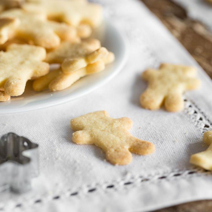 Kaum ein anderes Plätzchenrezept schmeckt so sehr nach Omas Weihnachtsbäckerei, wie diese butterzarten Ausstecherle. Der 3-2-1-Teig - kinderleicht.
