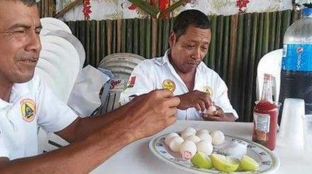 Captan a funcionarios consumiendo huevos de tortuga, especie en peligro de extinción Los servidores públicos consumiendo el producto. Foto: Tomada de Twitter