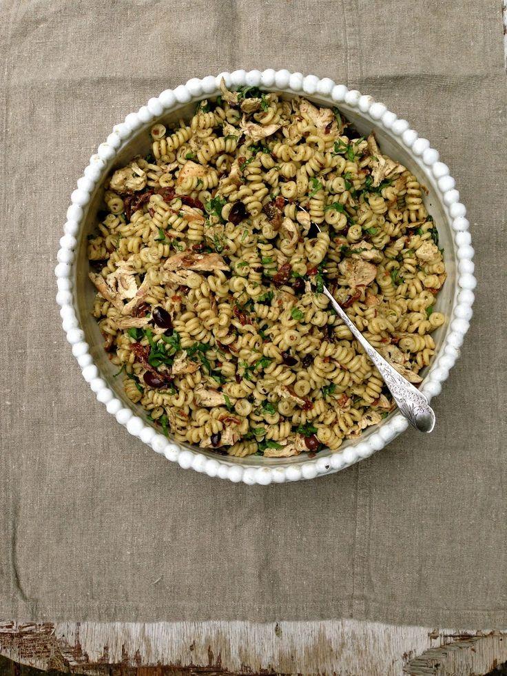 Mat På Bordet | En matblogg med oppskrifter fra morgen til kveld | Kylling- og pastasalat med pesto, oliven og soltørkede tomater