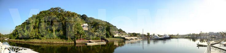 Marina Guarujá - Residencial, localizado no Km 10,5 da estrada Guarujá-Bertioga, apresenta aproximadamente 814.000 m² de área e está inserido às margens do Canal de Bertioga, proporcionando integração com o universo náutico. O acesso aquático se dá por meio de canais com profundidade adequada para embarcações de porte, as quais, são aportadas em píeres particulares, oferecendo conforto e segurança. Possui segurança 24 horas, que é formada pela portaria principal, pelo acesso aos canais via…