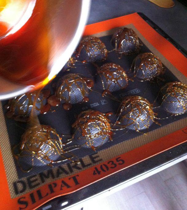 J'ai assisté à un atelier Guy Demarle animé par un ami chez une copine du cours de cuisine. Découvrez la recette des coques en chocolat au mascarpone !