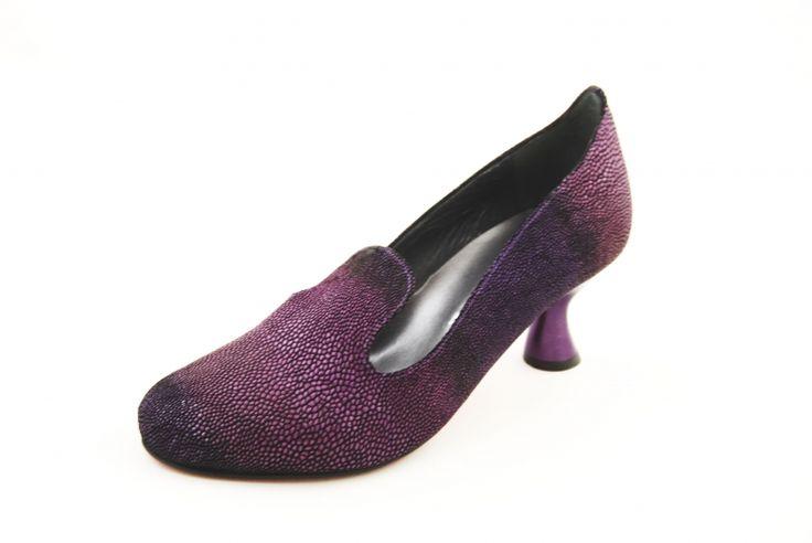 Jan Jansen schoen MILA 1443. Prachtige paarse Jan Jansen schoen uit de nieuwe collectie. Met rode zool. -