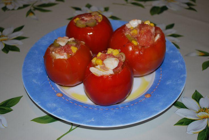 Pomodori ripieni di insalata. Una fresca alternativa per un pranzo estivo... easy!