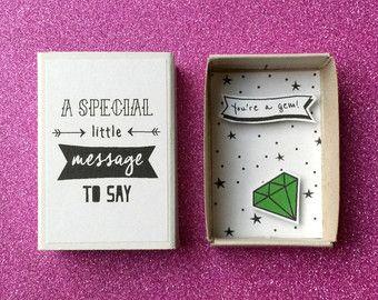 Een schattige kleine lucifersdoosje met een zoete en fruitige boodschap.  Er is een kleine kawaii aardbei binnen vragen Whats up?.  Geschikt voor elke gelegenheid, cadeau aan uw beste vriend, gewoon te zeggen Hallo en heel lief voor zeggen ik mis je.  D E S IK G N -Een kleine matchbox -Maatregelen: 2 1/8 x 1 1/2 x 9/16 (54 x 38 x 15 mm) -U kunt schrijven een kleine notitie op de achterkant van de matchbox  S H I P P I N G -Elk item is verpakt in een zakje cellofaan en verzonden...