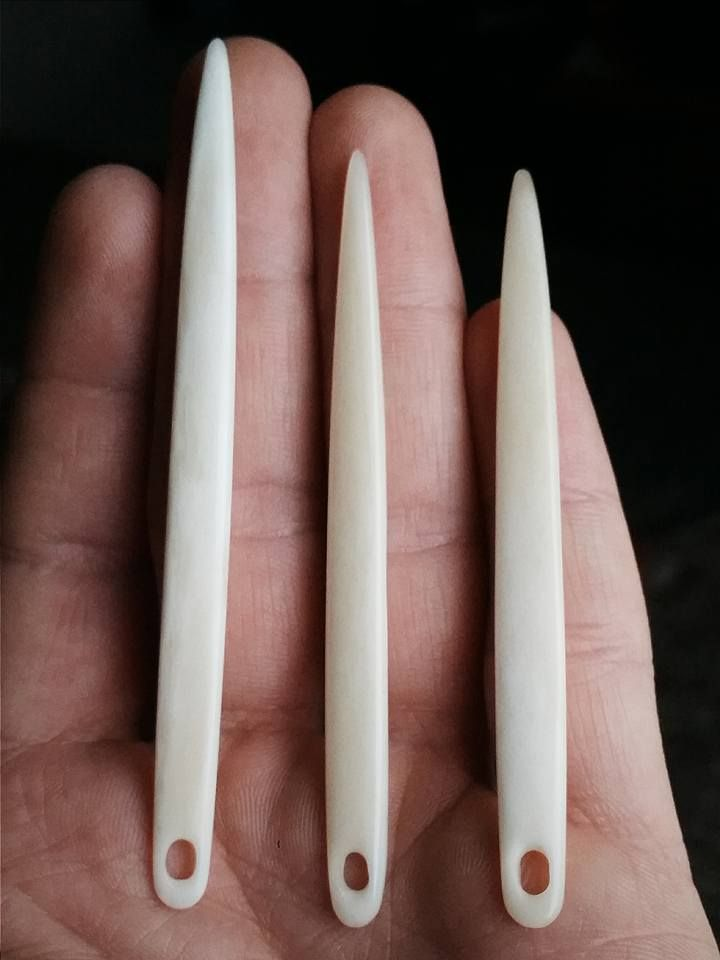 Needlebinding needles made from deer bone, by Matt Stahl. Posted [in English] 2016-01-05 in Nålbinding group @ Facebook. Please see link for original post!