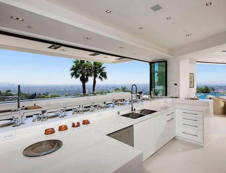 La cocina de Beyoncé Será suya si finalmente Beyoncé y Jay-Z compran esta mansión en Beverly Hills de 75 millones de €. Las vistas del skyline de Los Angeles y esta espectacular cocina blanca son razones más que suficientes para que se hagan con la casa.