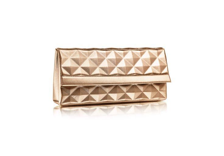 A bolsa-clutch dourada é o complemento ideal para um presente especial. Além disso, ela é muito sofisticada para compor um look de festa. (...)